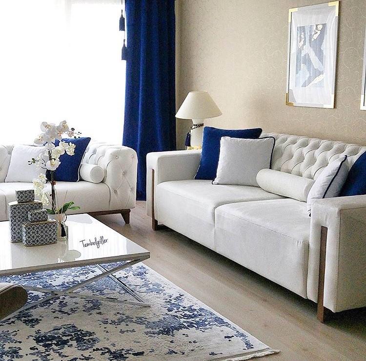 Abajur, Beyaz renk ile dekorasyon, Fon perde, Halı, Lacivert, Orta sehpa, Salon, Perde, Aydınlatma