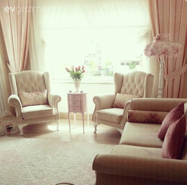 Zarif mobilyalar ve yumuşak renklerle, iç açıcı ve aydınlık bir ev..