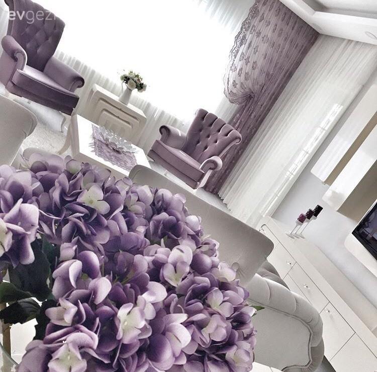 Sevcan hanımın beyaz ve mor uyumunda, sofistike evi.