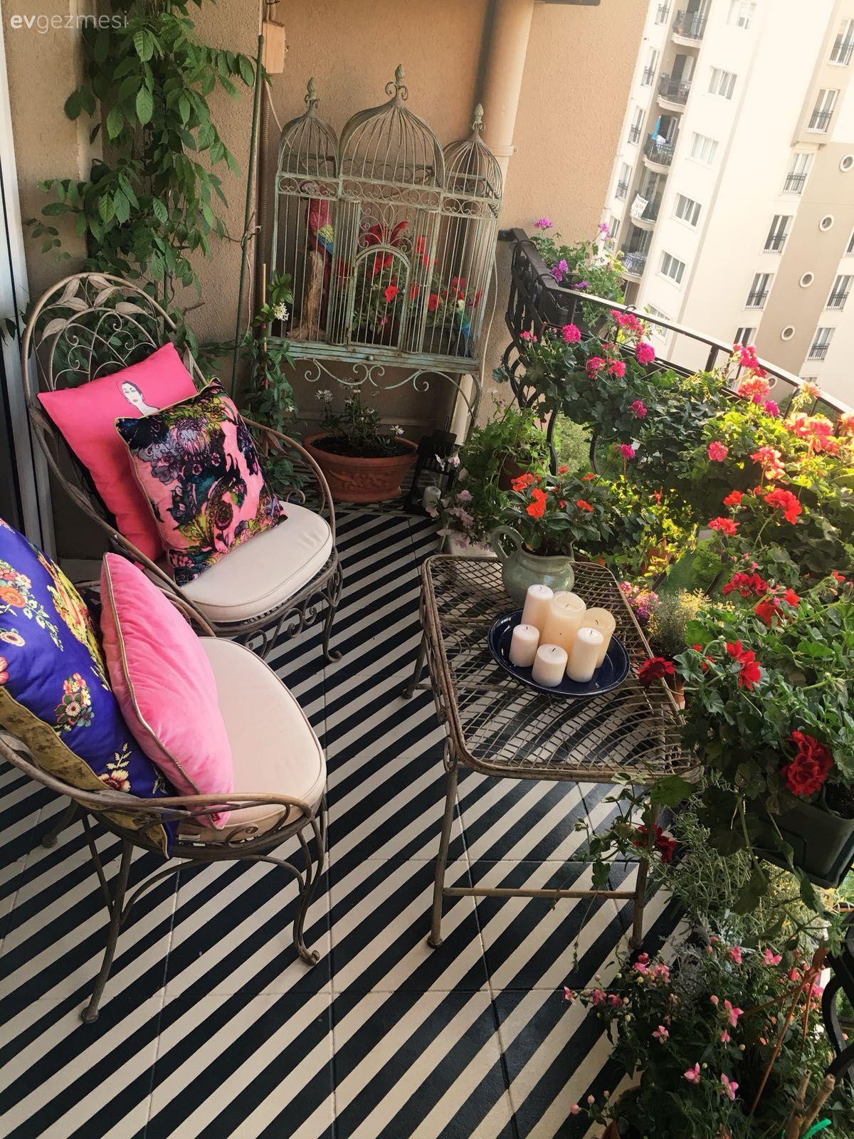 El Emegi Ile Donusen Bu Balkon Cizgili Zemini Renkli Cicekleri Ile