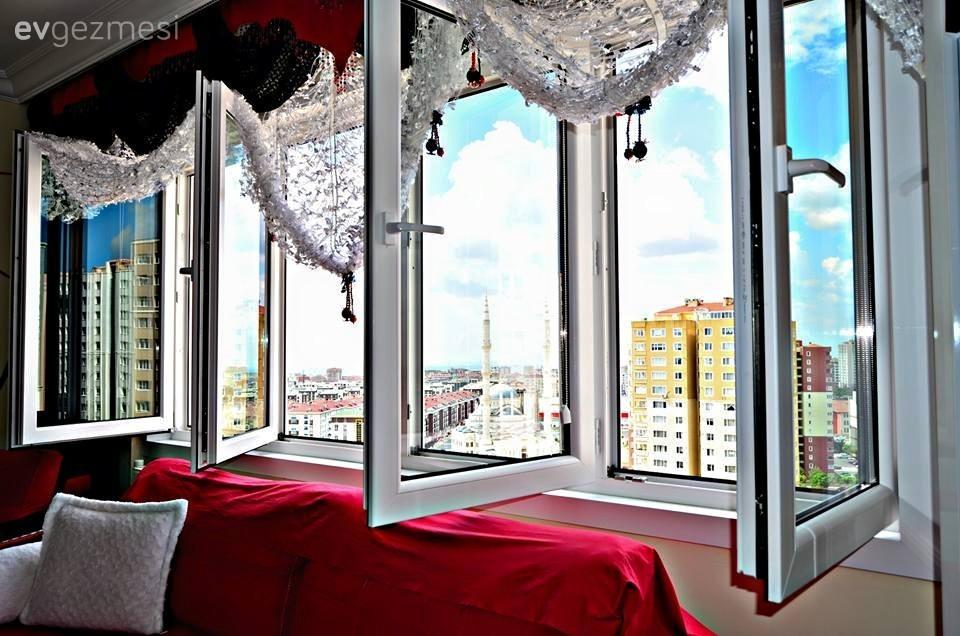 12'inci kattaki evde içeri doğru açılan camlar