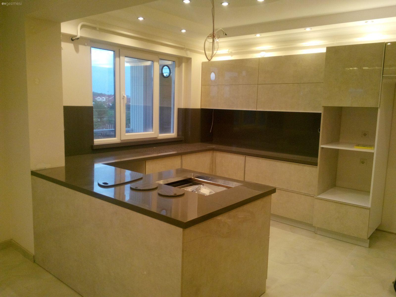 Modern tasar ml k rm z renkli mutfak dekorasyonu modeli - Lak Kapak Akrilik Tezgah